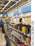 Купить «Женщина выбирает электрочайник в магазине бытовой техники», фото № 24884129, снято 11 июня 2016 г. (c) Евгений Ткачёв / Фотобанк Лори