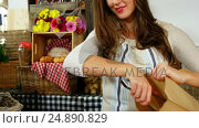 Купить «Smiling female staff packing bread in paper bag at bakery section», видеоролик № 24890829, снято 21 октября 2018 г. (c) Wavebreak Media / Фотобанк Лори