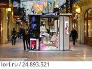 Купить «Стенд-презентация знаменитой французской марки Lancome в легендарном ГУМе в Москве», эксклюзивное фото № 24893521, снято 11 января 2017 г. (c) lana1501 / Фотобанк Лори