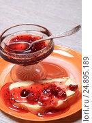 Купить «Тост с маслом и вареньем из крыжовника на тарелке», эксклюзивное фото № 24895189, снято 18 января 2017 г. (c) Яна Королёва / Фотобанк Лори