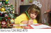 Купить «Девочка рисует за столом новогодний рисунок», видеоролик № 24902473, снято 16 января 2017 г. (c) Иванов Алексей / Фотобанк Лори