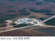 Купить «Oil base on oilfield in West Siberia, top view», фото № 24906849, снято 15 мая 2015 г. (c) Владимир Мельников / Фотобанк Лори
