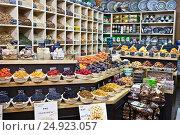 Прилавок с орехами, сухофруктами и пряностями в торговом центре (2017 год). Редакционное фото, фотограф Victoria Demidova / Фотобанк Лори