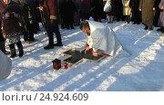 Купить «Освящение воды на местном водохранилище в праздник Крещения», видеоролик № 24924609, снято 19 января 2017 г. (c) Владислав Сабанин / Фотобанк Лори