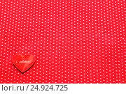 Купить «Красное сердечко на фоне красной ткани», фото № 24924725, снято 22 января 2017 г. (c) Наталья Осипова / Фотобанк Лори