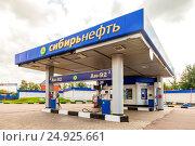 Купить «Солнечногорск. Автозаправочная станция «Сибирьнефть»», фото № 24925661, снято 22 августа 2016 г. (c) FotograFF / Фотобанк Лори