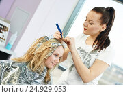 Highlight. woman hairdressing in salon. Стоковое фото, фотограф Дмитрий Калиновский / Фотобанк Лори