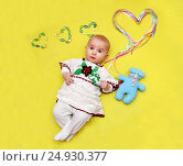 Baby lies and holds a big heart in his hands, love. Стоковое фото, фотограф Наталия Скоморохова / Фотобанк Лори