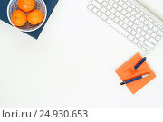 Купить «Minimal elegant desk with tangerines and keyboard», фото № 24930653, снято 15 октября 2018 г. (c) Екатерина Рыбина / Фотобанк Лори