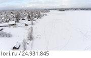 Купить «Истоптанный лед озера у берега. Российская деревня в зимнее время года», фото № 24931845, снято 2 января 2017 г. (c) Кекяляйнен Андрей / Фотобанк Лори
