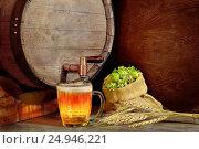 Купить «Советская кружка  пива на фоне бочки, зерна и мешка с хмелем», фото № 24946221, снято 9 августа 2016 г. (c) Валерий Тырин / Фотобанк Лори