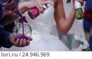 Detail of sand ceremony being performed at wedding. Стоковое видео, видеограф Артём Зайцев / Фотобанк Лори