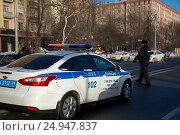 Купить «Инспектор ДПС производит проверку автомобилей около служебного автомобиля с включенным спецсигналом на набережной города», фото № 24947837, снято 8 января 2017 г. (c) Николай Винокуров / Фотобанк Лори