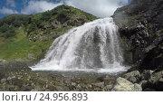 Купить «Вид снизу на живописный водопад в солнечную погоду», видеоролик № 24956893, снято 20 сентября 2018 г. (c) А. А. Пирагис / Фотобанк Лори