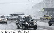 Купить «Транспортный поток в городе во время метели», видеоролик № 24967965, снято 12 января 2017 г. (c) А. А. Пирагис / Фотобанк Лори
