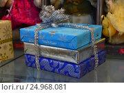 Купить «Красиво упакованные новогодние подарки с мишурой», эксклюзивное фото № 24968081, снято 18 января 2017 г. (c) lana1501 / Фотобанк Лори