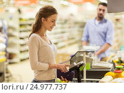 woman buying food at grocery store cash register. Стоковое фото, фотограф Syda Productions / Фотобанк Лори
