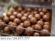 Купить «close up of chocolate dragee candies in box», фото № 24977777, снято 2 ноября 2016 г. (c) Syda Productions / Фотобанк Лори