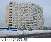 Купить «Многосекционный панельный жилой дом разной этажности серии И-155-С, построен в 2006 году. Курганская улица, 3. Район Гольяново. Москва. Россия», эксклюзивное фото № 24978581, снято 9 января 2017 г. (c) lana1501 / Фотобанк Лори