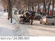 Лошадь, запряженная в сани, катает туристов в городе Суздаль Россия, фото № 24980061, снято 7 января 2011 г. (c) Эдуард Паравян / Фотобанк Лори