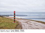 Пограничный столб возле Нарвского водохранилища на границе с Эстонией. Парусинка. Ивангород (2017 год). Стоковое фото, фотограф Румянцева Наталия / Фотобанк Лори