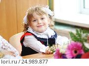 Первоклассница за партой. Стоковое фото, фотограф Инна Козырина (Трепоухова) / Фотобанк Лори