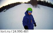 Купить «Man riding on snowboard with selfie stick in his hand», видеоролик № 24990481, снято 28 января 2017 г. (c) Сергей Кальсин / Фотобанк Лори