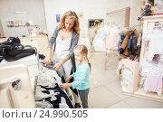 Купить «Мама с дочкой в магазине», фото № 24990505, снято 2 июля 2016 г. (c) Гладских Татьяна / Фотобанк Лори