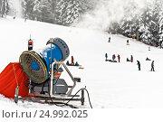 Работающая снежная пушка на горнолыжном склоне, фото № 24992025, снято 30 декабря 2011 г. (c) Эдуард Паравян / Фотобанк Лори