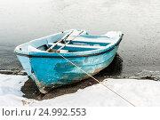 Маленькая лодка на берегу покрывающегося льдом озера, фото № 24992553, снято 2 января 2012 г. (c) Эдуард Паравян / Фотобанк Лори