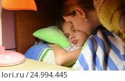 Мама погладила и поцеловала заснувшую дочку и выключила свет. Стоковое видео, видеограф Иванов Алексей / Фотобанк Лори