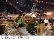 Купить «Новогодняя ГУМ-Ярмарка на Красной площади зимой в Москве», эксклюзивное фото № 24996465, снято 28 января 2017 г. (c) Алексей Гусев / Фотобанк Лори