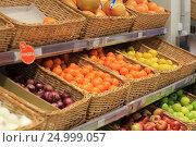 Купить «Овощи и фрукты в магазине», эксклюзивное фото № 24999057, снято 28 января 2017 г. (c) Яна Королёва / Фотобанк Лори