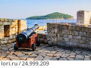 Купить «Пушка на крепостной оборонной стене Старого города с видом на городскую гавань. Дубровник, Хорватия.», фото № 24999209, снято 25 августа 2016 г. (c) Устенко Владимир Александрович / Фотобанк Лори