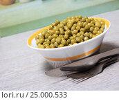 Купить «Зеленый горошек в салатнике на столе», эксклюзивное фото № 25000533, снято 29 января 2017 г. (c) Яна Королёва / Фотобанк Лори