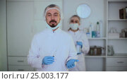 Купить «male nurse ready to make injection», видеоролик № 25003177, снято 4 января 2017 г. (c) Яков Филимонов / Фотобанк Лори