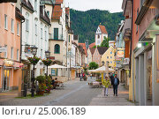Купить «Pedestrian street in Fussen with typical bavarian buildings», фото № 25006189, снято 4 июня 2016 г. (c) Юрий Дмитриенко / Фотобанк Лори