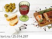 Буженина с красным вином на белом деревянном фоне. Стоковое фото, фотограф Марина Володько / Фотобанк Лори