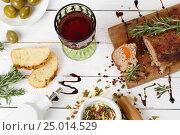 Купить «Буженина с красным вином на белом деревянном фоне», фото № 25014529, снято 30 января 2017 г. (c) Марина Володько / Фотобанк Лори