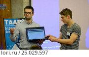 Купить «Студенты демонстрируют реализованный проект на ноутбуке», видеоролик № 25029597, снято 26 декабря 2016 г. (c) FMRU / Фотобанк Лори