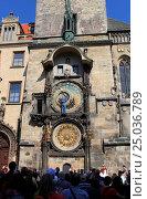 Купить «Прага. Мужчина поправляет стрелки астрономических часов на Староместкой ратуше», эксклюзивное фото № 25036789, снято 26 апреля 2013 г. (c) Яна Королёва / Фотобанк Лори