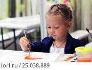 Купить «Рисующая девочка», фото № 25038889, снято 12 июля 2016 г. (c) Морозова Татьяна / Фотобанк Лори