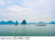 Tour boats in Ha Long Bay, Vietnam (2016 год). Стоковое фото, фотограф Александр Подшивалов / Фотобанк Лори