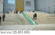 Купить «Люди в здании Главного штаба. Санкт-Петербург», видеоролик № 25051093, снято 2 февраля 2017 г. (c) Румянцева Наталия / Фотобанк Лори