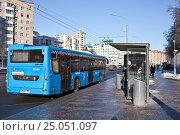 Купить «Городской синий автобус около остановки. Москва», фото № 25051097, снято 2 февраля 2017 г. (c) Victoria Demidova / Фотобанк Лори