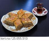 Бакинская пахлава на блюде с чаем налитым в стакан армуд. Стоковое фото, фотограф Василий Мальцев / Фотобанк Лори