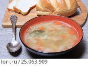 Купить «Тарелка супа и хлеб на столе», эксклюзивное фото № 25063909, снято 2 февраля 2017 г. (c) Яна Королёва / Фотобанк Лори