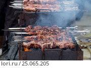 Cooking kebabs on the coals in the winter. Стоковое фото, фотограф Алексей Андросов / Фотобанк Лори