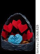 Подарок корзинка с сердцами оригами ручной работы на День Святого Валентина. Стоковое фото, фотограф Жданова Дарья Юрьевна / Фотобанк Лори