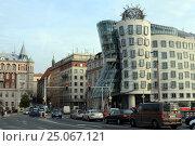 Купить «Танцующий дом в Праге в стиле деконструктивизма», фото № 25067121, снято 26 ноября 2012 г. (c) Free Wind / Фотобанк Лори